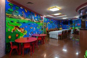 Детская игровая комната с воспитателем.