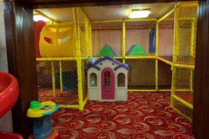Большая игровая комната для детей.