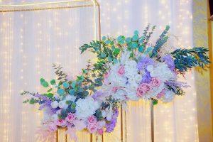 Оформление свадебной церемонии. Живые цветы в зале.